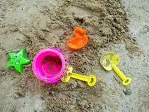 开掘它的沙子的玩具有在沙子放置的一种美好的颜色 免版税图库摄影
