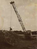 开掘的坑的老被放弃的挖掘机 库存图片