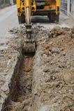 开掘的挖掘机土壤 库存图片