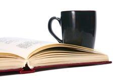 开放书的杯子 免版税库存照片