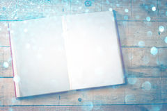 开放书空白页在木桌的。发怒处理作用, 库存照片
