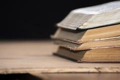开放书说谎在彼此顶部在桌上 图书馆,教育 文本的空的安排 图库摄影