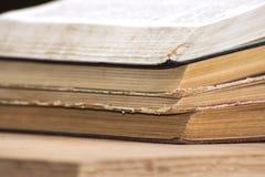 开放书说谎在彼此顶部在桌上 图书馆,教育 文本的空的安排 库存图片