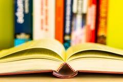 开放书,在白色背景隔绝的堆五颜六色的精装书书 回到学校 复制文本的空间 被定调子的图象 免版税库存图片