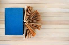 开放书,堆精装书在木桌上预定 免版税库存照片