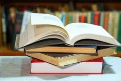 开放书,堆精装书在桌上预定 顶视图 库存照片