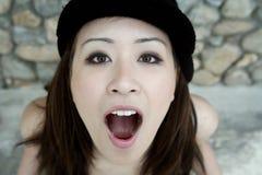 开放亚洲美丽的女孩的嘴 免版税库存图片