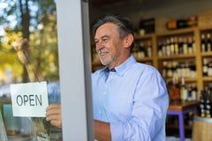 开放人的藏品签到酒铺 库存照片