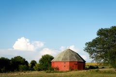 开放农田包围的独特的圆的红色谷仓在农村伊利诺伊 免版税库存图片