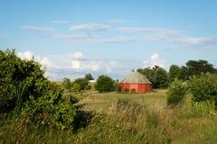开放农田包围的独特的圆的红色谷仓在农村伊利诺伊 免版税库存照片