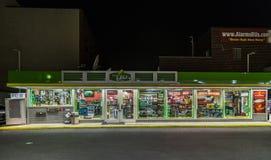 开放加油站门面在布鲁克林,纽约 库存图片