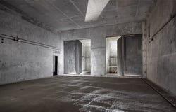 开放和闭合的钢安全在为污染空气里面交叠建立的地下结构关闭 免版税库存图片