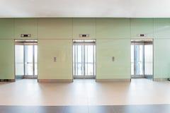 开放和闭合的镀铬物金属办公楼电梯门 图库摄影