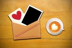 开放咖啡杯的信包 库存图片