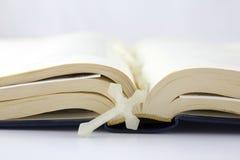 开放圣经的交叉 库存图片
