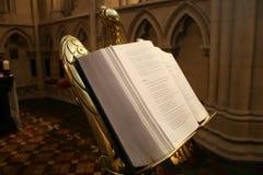 开放圣经的教会 免版税库存照片