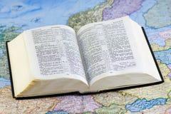 开放圣经的映射 免版税库存照片