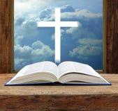 开放圣经基督徒发怒风雨如磐的天空视图的窗口 免版税库存照片