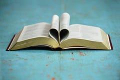开放圣经形成的心脏 库存图片