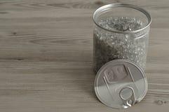 开放在它旁边把与金属盒盖罐子的锡进行下去 免版税图库摄影