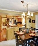 开放墙壁设计内部。厨房和餐厅 库存照片