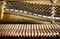 开放大钢琴机制的片段与串和锤子的 免版税库存照片