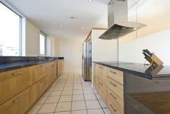 开放学制当代的厨房 免版税库存照片