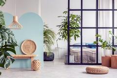开放学制时髦公寓内部的都市密林与直棂墙壁 库存照片