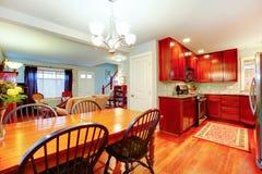 开放学制的好主意厨房,用餐和客厅 库存照片