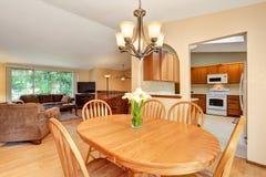 开放学制的楼层 客厅和厨房室 从用餐ar的看法 库存照片