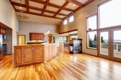开放学制的楼层 客厅, kithen和饭厅 库存图片