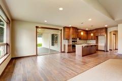 开放学制的楼层 有地毯地板的空的客厅 图库摄影