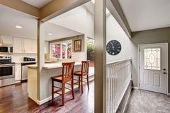 开放学制的楼层 白色厨房室内部 免版税库存图片