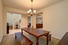 开放学制的楼层 餐厅看法有被雕刻的木桌和客厅的 图库摄影