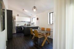 开放学制被更新的厨房和饭厅 库存照片