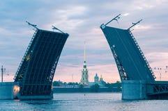 开放宫殿桥梁的古典看法和彼得和保罗 免版税库存图片