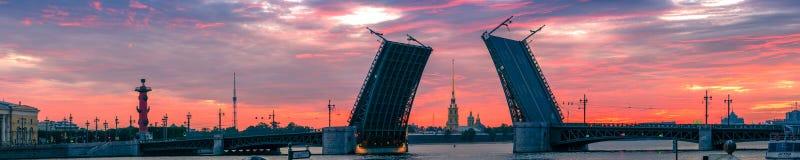 开放宫殿桥梁的古典看法和彼得和保罗 图库摄影