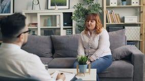 开放对现代办公室讲的打手势的心理学家的情感夫人 影视素材