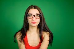 开放微笑,一张滑稽的面孔,无所事事  傻瓜` s天 4月一日逗人喜爱的聪明的女孩演播室画象镜片的 免版税库存照片