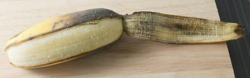 开放成熟在木表上的香蕉果子 库存图片