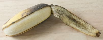 开放成熟在木表上的香蕉果子 免版税库存图片