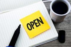 开放手写的文本 概念意思允许事通过通过或为封闭式研究材料文件夹直接用途相反  免版税库存图片