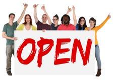 开放拿着横幅的开头商店商店青年人 库存照片