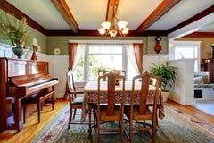 开放有钢琴的墙壁设计餐厅 免版税库存图片