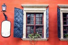开放木在红色水泥老墙壁上的铁葡萄酒土气窗口的细节可以为背景使用 布朗黑色窗口快门 免版税库存照片