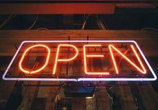 开放标志霓虹灯酒吧餐馆商店 免版税库存图片