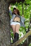 开放树的衬衣的女孩 免版税图库摄影