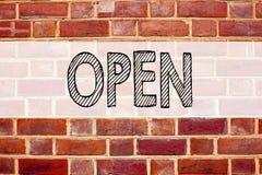 开放概念性公告文本说明启发的陈列 在老砖背景写的商店开头的企业概念w 库存照片