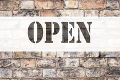 开放概念性公告文本说明启发的陈列 在老砖背景写的商店开头的企业概念w 免版税库存图片