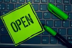 开放概念性手文字的陈列 企业照片文本允许事通过通过或为闭合的钥匙直接用途相反  免版税库存照片
